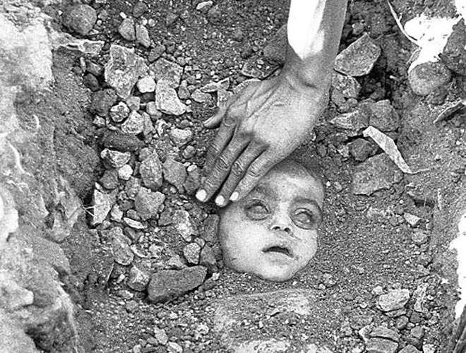 Une des photos de la tragédie de Bhopal... survenue dans la nuit du 3 décembre 1984. Elle est la conséquence de l'explosion d'une usine d'une filiale de la firme américaine Union Carbide produisant des pesticides et qui a dégagé 40 tonnes d'isocyanate de méthyle dans l'atmosphère de la ville.