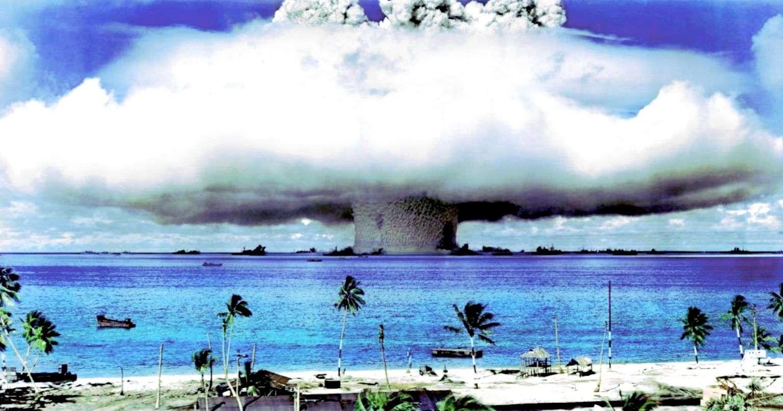 Photo du champignon nucléaire causé par l'explosion Baker (25 juillet 1946)
