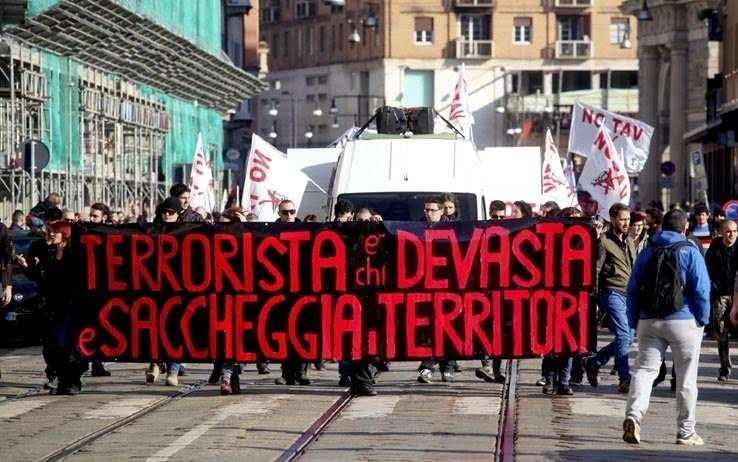 """""""Terrorista es quien devasta y saquea los territorios""""-Movilización NO TAV (Tren de Alta Velocidad)- Región Piemonte, Italia."""