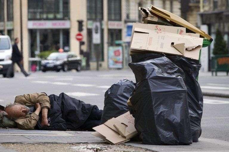 518801-un-sdf-le-1er-mai-2012-dans-une-rue-a-paris