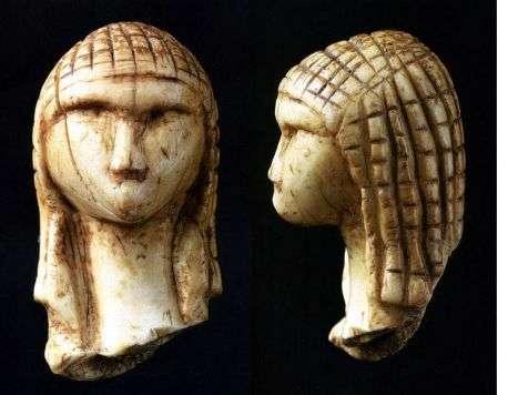 La Vénus de Brassempouy, une figurine d'ivoire fragmentaire du paléolithique supérieur, vieille de 25 000 ans, l'une des premières représentations réalistes d'un visage de femme.